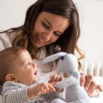 Заботливые мамочки играют с ребенком